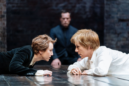Lia Williams (Mary Stuart) and Juliet Stevenson (Elizabeth) in Mary Stuart Credit Manuel Harlan