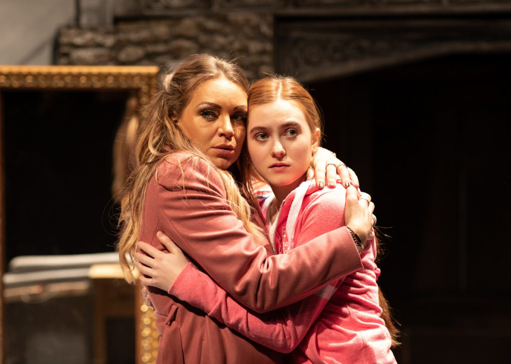 THE HOUSE ON COLD HILL - Rita Simons, Persephone Swales-Dawson ©Helen Maybanks